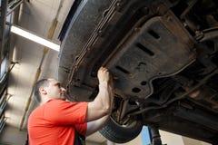 Stående av en mekaniker på arbete i hans garage arkivbild