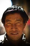 Stående av en mellersta åldrig man från Tibet Royaltyfri Bild