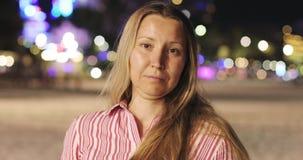 Stående av en mogen kvinna i bakgrunden av en nattstad i sommaren arkivfilmer