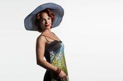 Stående av en mogen kvinna med rött hår och en hatt Royaltyfria Bilder