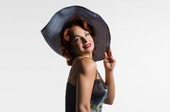 Stående av en mogen kvinna med rött hår och en hatt Fotografering för Bildbyråer