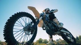 Stående av en motorcykel med en ryttare på den arkivfilmer