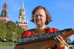 Stående av en musiker med gammal rysk gusli för musikinstrument Arkivbilder