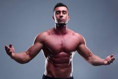Stående av en muskulös man med trevlig abs Royaltyfri Bild
