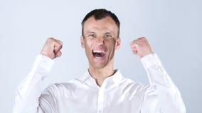 Stående av en mycket upphetsad lycklig ung man som firar framgång Arkivfoto
