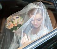 Stående av en nätt brud i en bil Fotografering för Bildbyråer