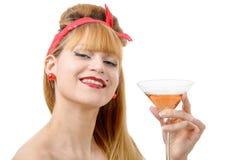 Stående av en nätt flicka i 60-talstil med exponeringsglas av vin Fotografering för Bildbyråer