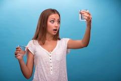 Stående av en nätt flicka som rymmer två exponeringsglas med Arkivfoto