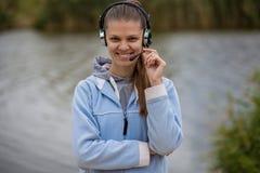 Stående av en nätt le kundtjänstoperatör som bär en hörlurar med mikrofon royaltyfri fotografi