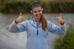 Stående av en nätt le kundtjänstoperatör som bär en hörlurar med mikrofon arkivbilder
