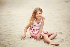 Stående av en nätt liten flicka med att vinka i de långa mumlen för vind Royaltyfri Foto