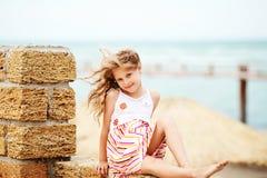Stående av en nätt liten flicka med att vinka i de långa mumlen för vind Royaltyfria Bilder
