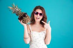 Stående av en nätt rolig sommarflicka i solglasögon Fotografering för Bildbyråer