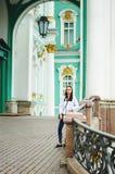 Stående av en nätt tonårig flicka på bakgrunden av härlig arkitektur royaltyfria bilder