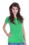 Stående av en nätt ung flicka som ler i grön skjorta Royaltyfri Bild