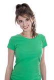 Stående av en nätt ung flicka som ler i grön skjorta royaltyfri fotografi