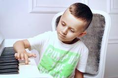 Stående av en pojke arkivfoton