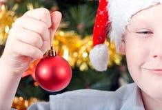 Stående av en pojke i ett lock av Jultomte Royaltyfri Bild