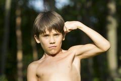 Stående av en pojke i natur Arkivfoton