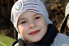 Stående av en pojke i solig dag Arkivbild