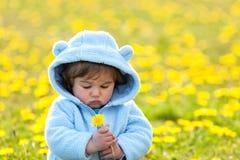 Stående av en pojke med blomman Arkivfoto