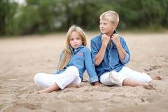 Stående av en pojke och en flicka på stranden Arkivbilder