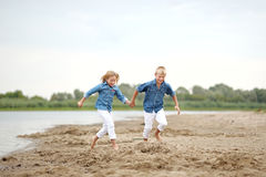Stående av en pojke och en flicka på stranden Royaltyfri Bild