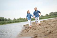Stående av en pojke och en flicka på stranden Royaltyfri Fotografi