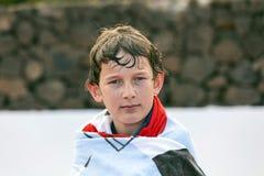 Stående av en pojke som slås in i en handduk Fotografering för Bildbyråer