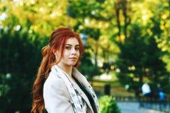 Stående av en rödhårig kvinna för ung härlig innegrej med långt lockigt hår fotografering för bildbyråer