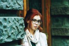 Stående av en rödhårig kvinna för ung härlig innegrej med långt lockigt hår arkivbild