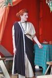 Stående av en rödhårig mankvinna i historisk dräkt Arkivbild