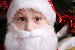 Stående av en rolig pojke i Santa Calusa Royaltyfria Foton