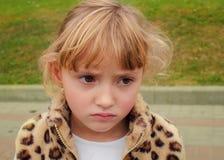 Stående av en rynkad pannan liten flicka Fotografering för Bildbyråer