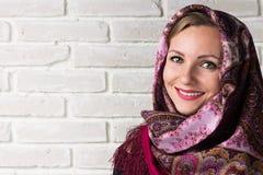 Stående av en rysk kvinna i halsduk kopiera avstånd Royaltyfri Foto