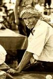 Stående av en säljareman på den turkiska basaren Arkivfoton