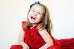 Stående av en söt skratta förskole- flicka Royaltyfri Bild