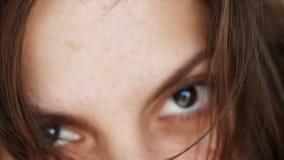 Stående av en sexig attraktiv flicka Kvinna med blickar för kort hår in i kameran och leendena arkivfilmer