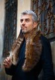 Stående av en sexig man och stående av en päls- sexiga man och varg och örnfjädrar och dekorativt medeltida fönster på bakgrund Arkivbilder