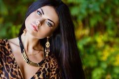Stående av en sexig sinnlig härlig brunettflicka med lång hai Royaltyfri Bild