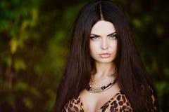 Stående av en sexig sinnlig härlig brunettflicka med lång hai Royaltyfria Bilder