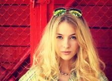 Stående av en sinnlig modeflicka på röd bakgrund fotografering för bildbyråer
