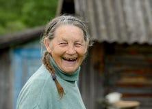 Stående av en skratta äldre kvinna utomhus Arkivfoton