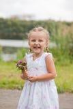 Stående av en skratta liten flicka (3-4 år) Royaltyfri Fotografi