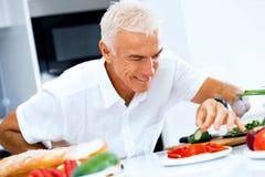 Stående av en smart matlagning för hög man i kök royaltyfria foton