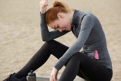 Stående av en sportkvinna som kopplar av efter genomkörare Arkivfoto
