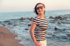 Stående av en stilfull attraktiv mogen kvinna 50-60 år på Fotografering för Bildbyråer