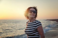 Stående av en stilfull attraktiv mogen kvinna 50-60 år på Royaltyfri Foto