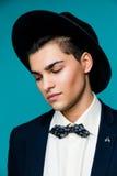 Stående av en stilfull ung man i hatten som bär den eleganta dräkten Arkivbilder