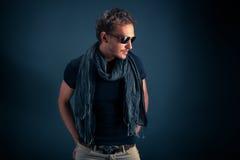 Stående av en stilig grabb, slitage solglasögon arkivfoto